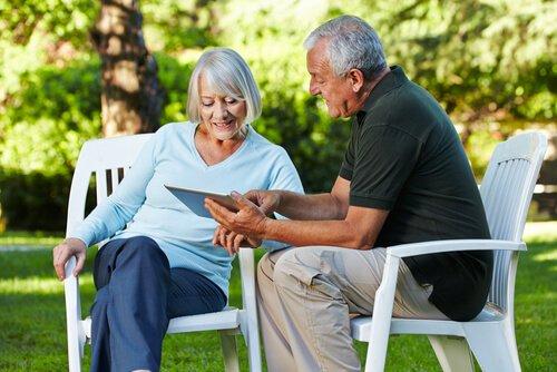 Pareja-de-personas-mayores-aprendiendo-con-un-libro
